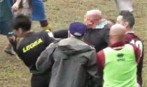 Il video dell'allenatore che con un pugno centra in faccia l'arbitro