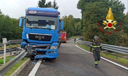 Incidente a Fino: camion finisce contro il guard rail all'uscita dell'autostrada