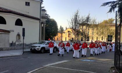 Erba, processione del Masigott per i cinquant'anni di sacerdozio di don Bruno