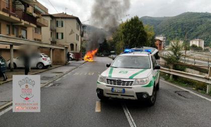 Veicolo in fiamme a Como: in via Brogeda senso unico alternato
