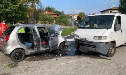 Frontale tra un furgone e un'automobile