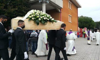 Tantissimi fedeli al funerale di don Costantino Prina
